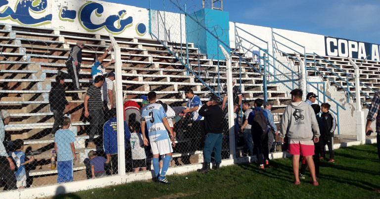 Alianza: Se rompió una tribuna y un hombre terminó en el hospital