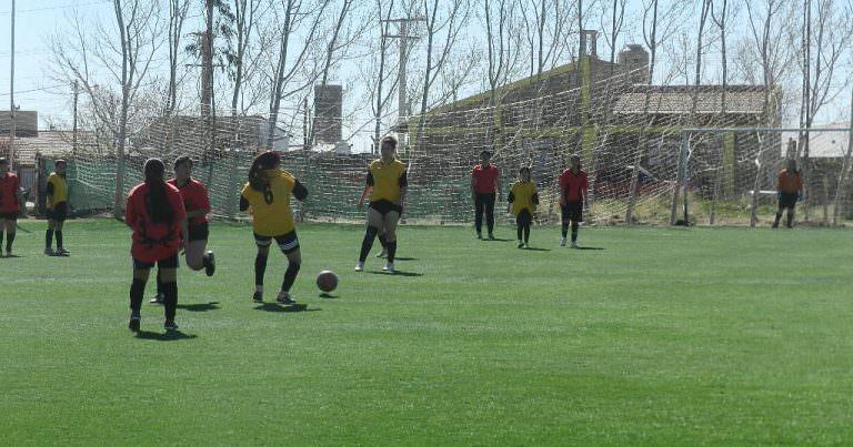 Fútbol femenino: Las Cracks y Uvitas lideran el comunitario.