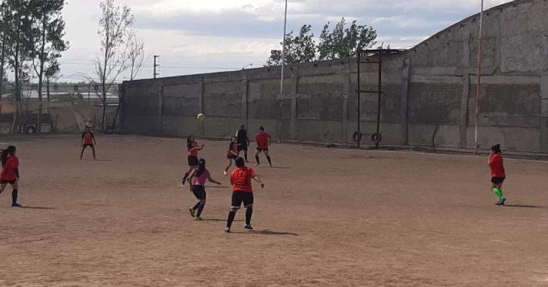 Fútbol femenino: Las Cracks y Uvitas mantuvieron la cima